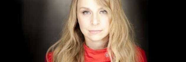 Szirtes Edina Mókus − énekes, hegedűs, zeneszerző